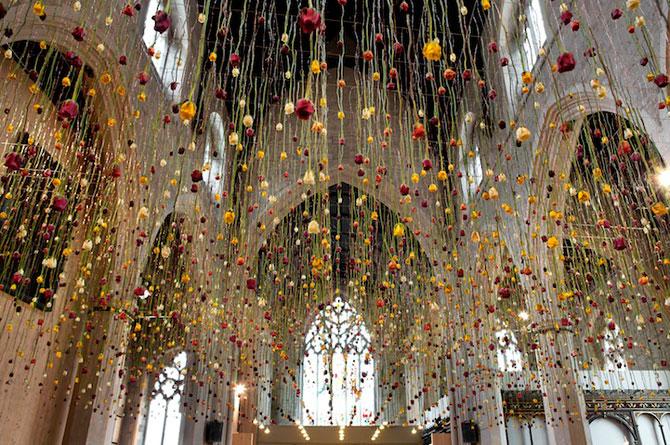 Gradini suspendate din tavan, de Rebecca Louise Law - Poza 1