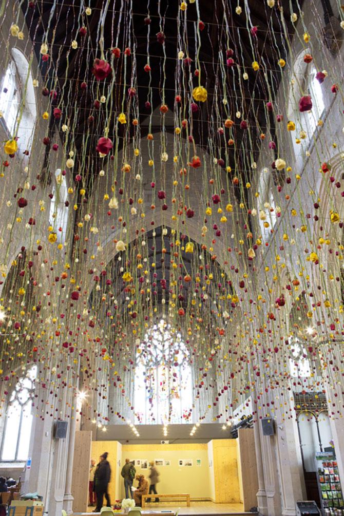 Gradini suspendate din tavan, de Rebecca Louise Law - Poza 2