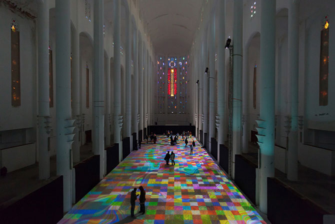 Covor de lumina si culori, intr-o fosta biserica - Poza 1
