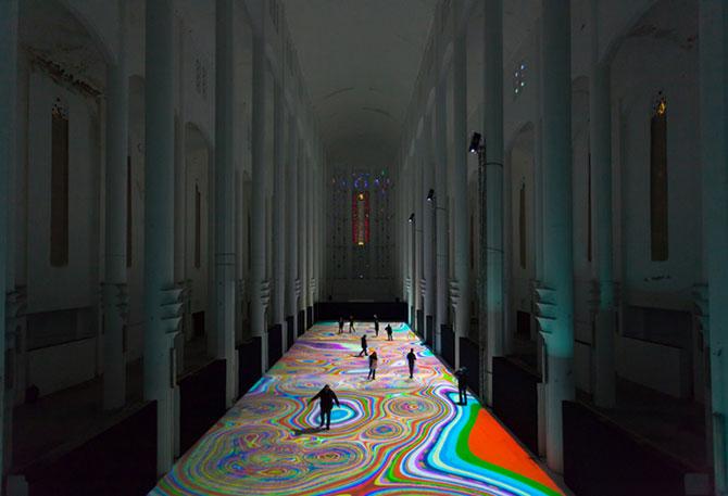 Covor de lumina si culori, intr-o fosta biserica - Poza 2