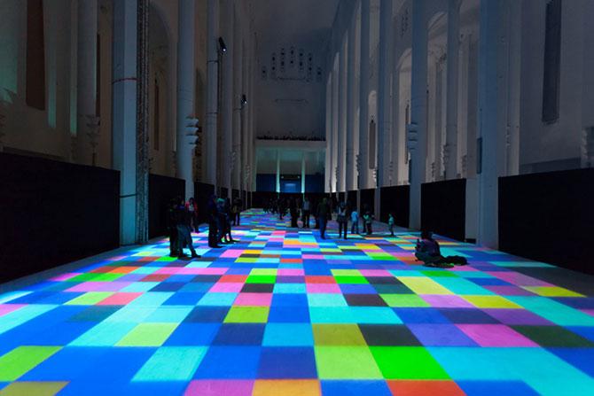Covor de lumina si culori, intr-o fosta biserica - Poza 3