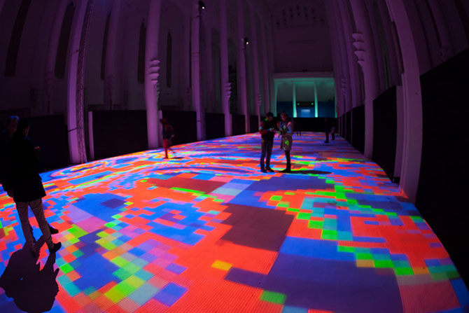 Covor de lumina si culori, intr-o fosta biserica - Poza 4