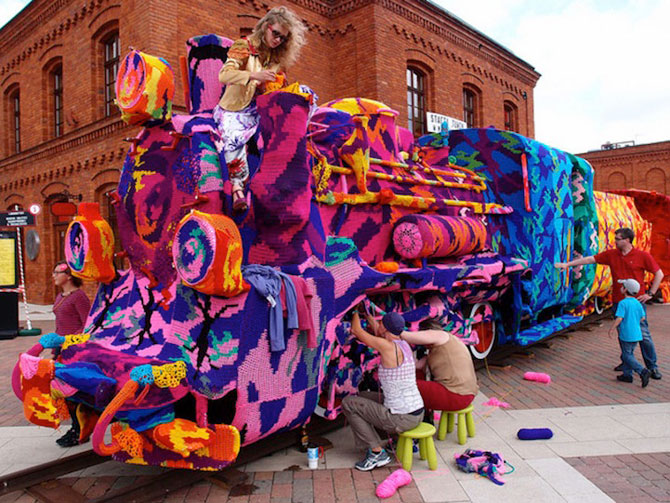 Locomotiva imbracata in lana de Olek - Poza 1