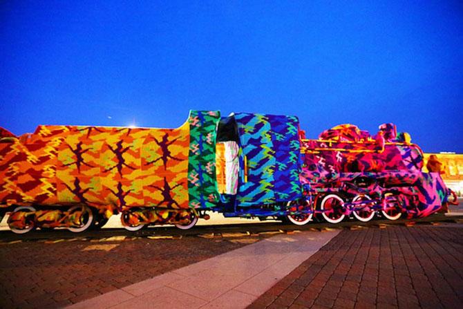 Locomotiva imbracata in lana de Olek - Poza 4