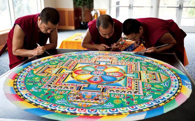 Calugarii tibetani creeaza mandale din nisip - Poza 1