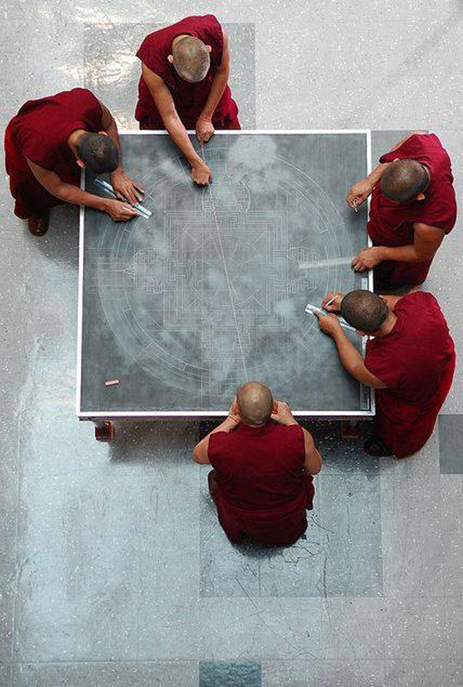 Calugarii tibetani creeaza mandale din nisip - Poza 2