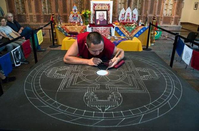 Calugarii tibetani creeaza mandale din nisip - Poza 3