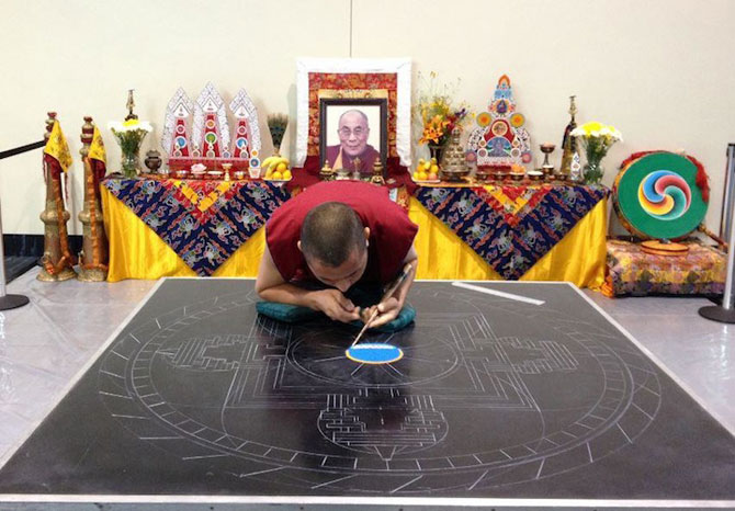 Calugarii tibetani creeaza mandale din nisip - Poza 4