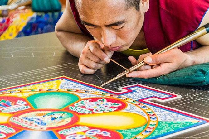 Calugarii tibetani creeaza mandale din nisip - Poza 5