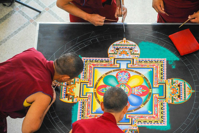 Calugarii tibetani creeaza mandale din nisip - Poza 6