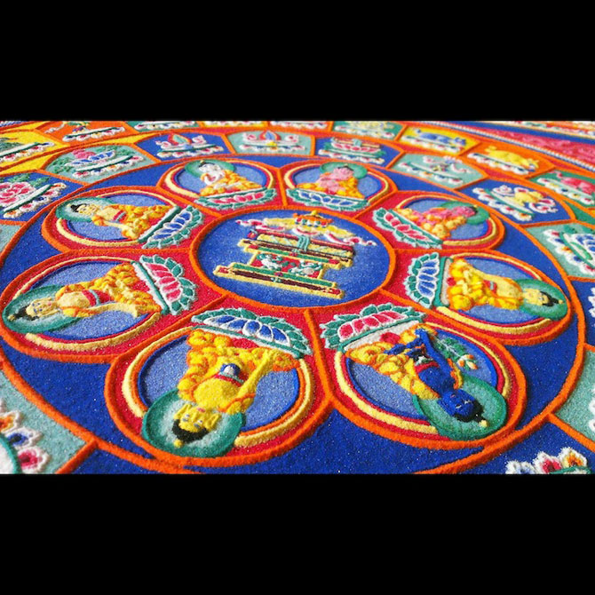 Calugarii tibetani creeaza mandale din nisip - Poza 7