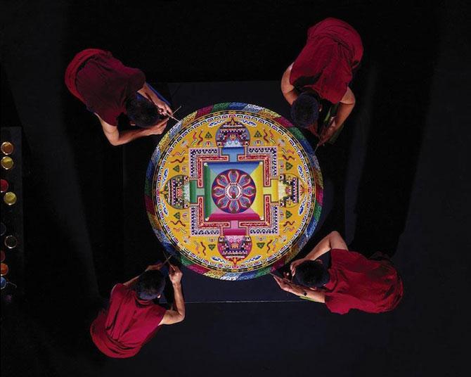 Calugarii tibetani creeaza mandale din nisip - Poza 8