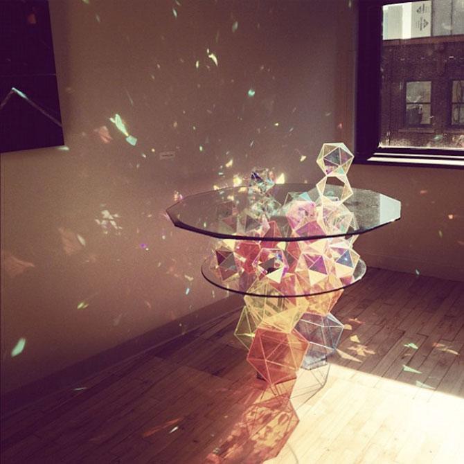 Masa din prisme-curcubeu, de John Foster - Poza 1