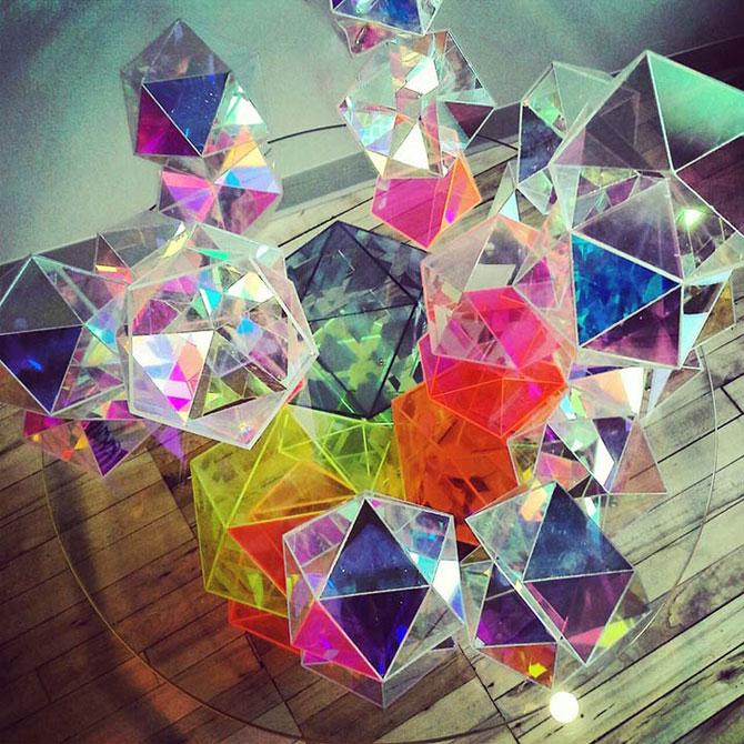 Masa din prisme-curcubeu, de John Foster - Poza 2