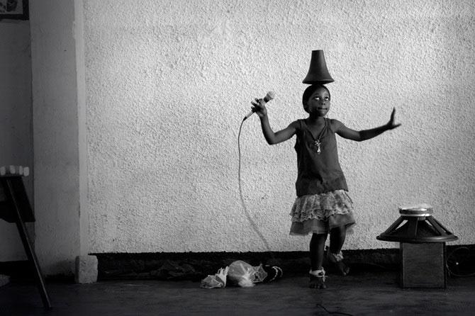 Povestea orfanilor dansatori din Uganda, spusa de Doug Menuez - Poza 8