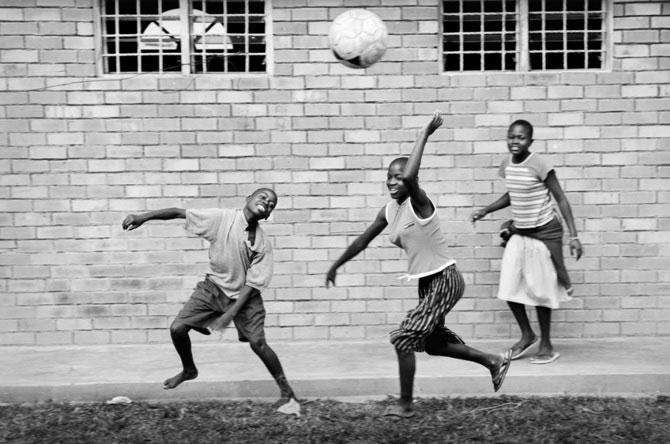 Povestea orfanilor dansatori din Uganda, spusa de Doug Menuez - Poza 12