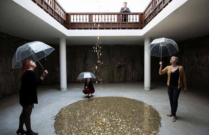 Ploua cu bani de aur la pavilionul Rusiei de la Bienala din Venetia - Poza 1