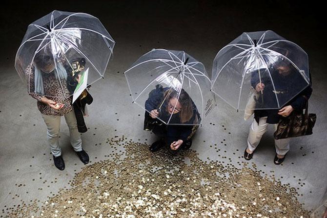 Ploua cu bani de aur la pavilionul Rusiei de la Bienala din Venetia - Poza 2