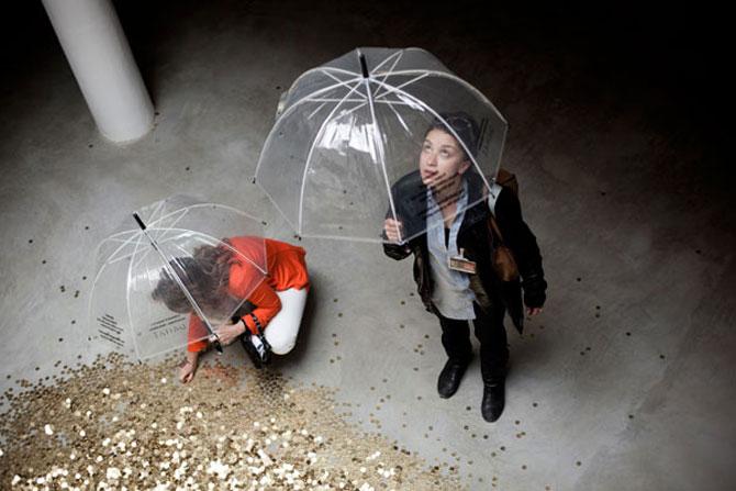 Ploua cu bani de aur la pavilionul Rusiei de la Bienala din Venetia - Poza 3