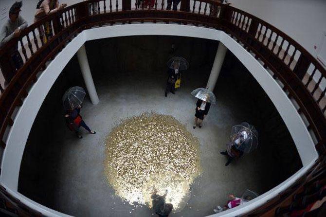 Ploua cu bani de aur la pavilionul Rusiei de la Bienala din Venetia - Poza 4