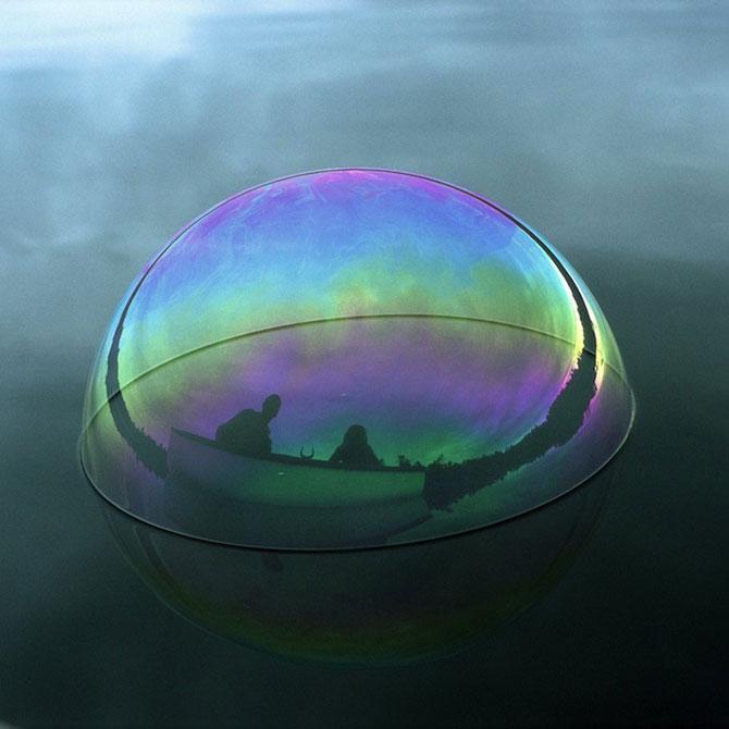 Siluete captive in bule de apa, de Julianne Swartz - Poza 1