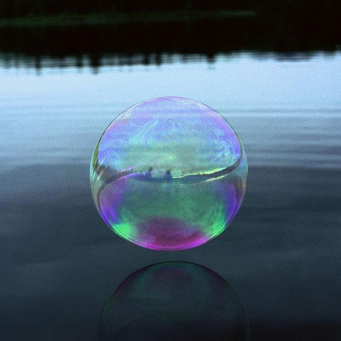 Siluete captive in bule de apa, de Julianne Swartz - Poza 2