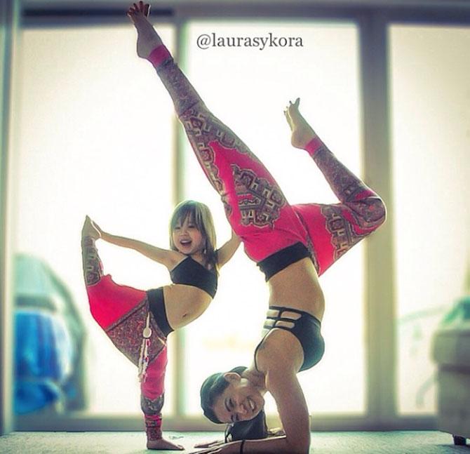 Mama si fiica, partenere de yoga - Poza 2