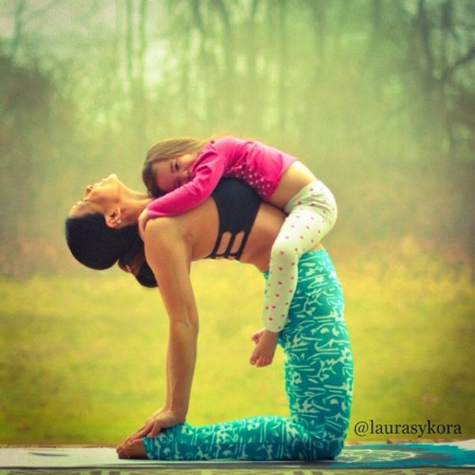 Mama si fiica, partenere de yoga - Poza 4