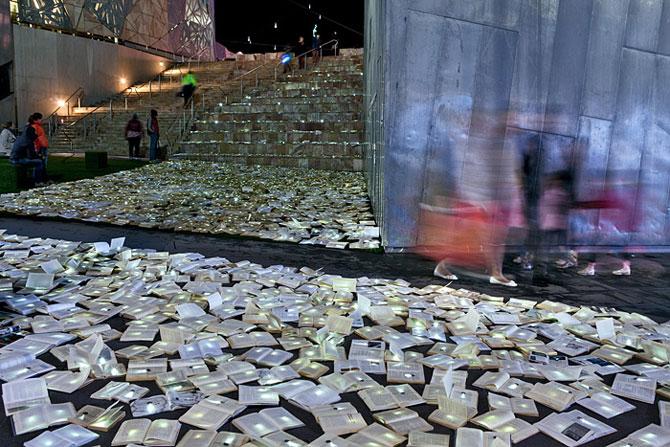 Raul de carti luminoase de la Melbourne - Poza 3