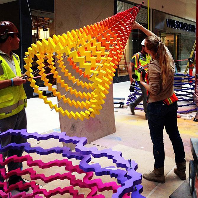 Sculpturi multicolore la mall, de Arts Initiative - Poza 2