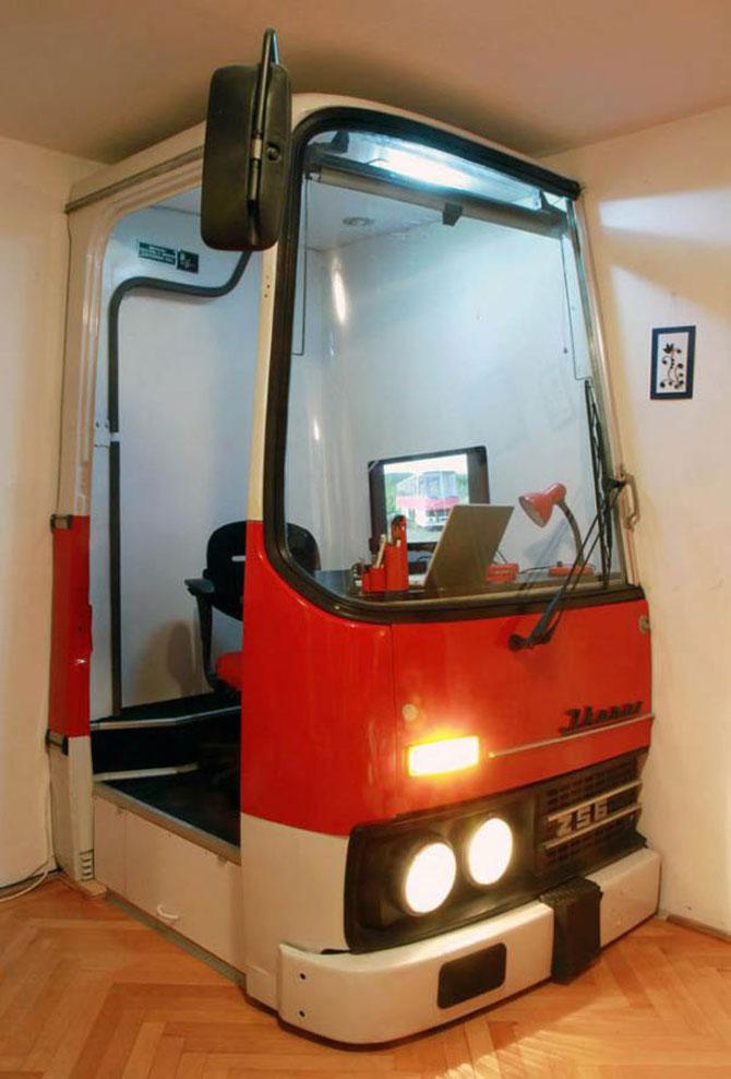 Biroul din masina timpului, intr-un autobuz Ikarus - Poza 1