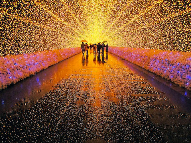 Japonezii pierduti in tunelul de lumini multicolore
