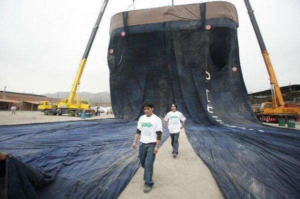 Cea mai mare pereche de jeansi din lume - Poza 1