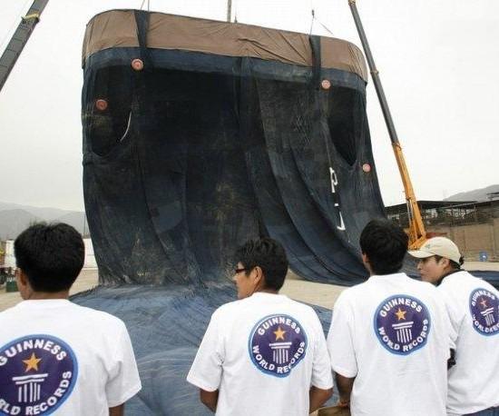 Cea mai mare pereche de jeansi din lume - Poza 5