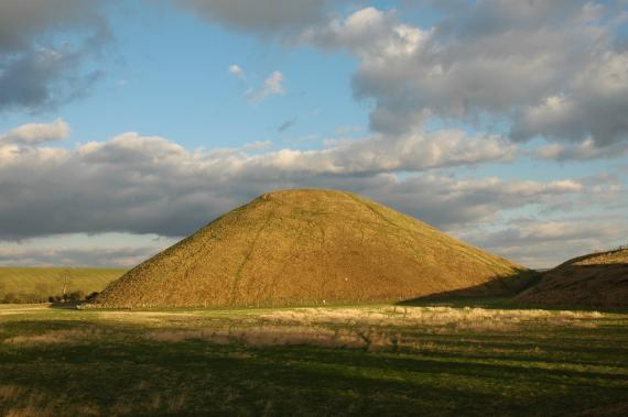Silbury Hill, movila din Avebury, UK - Poza 1