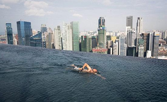 Piscina la 200 de metri inaltime - Poza 1