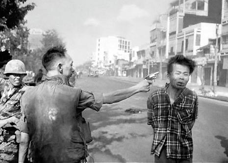 Imaginea a fost facuta de catre fotograful Eddie Adams in anul 1968, pe un taram asiatic prins intr-un razboi inutil