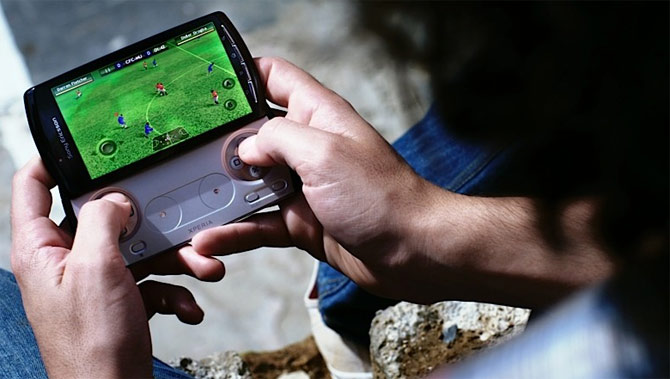 Sony Ericsson Xperia Play: Telefonul cu playstation - Poza 3