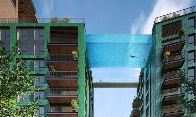 Plutind deasupra Londrei, in prima piscina suspendata din sticla din lume