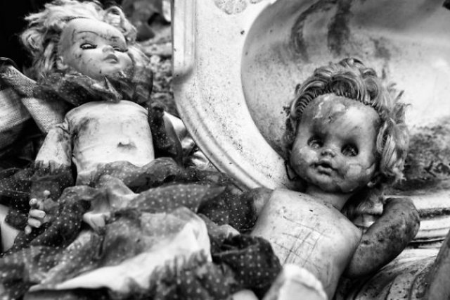 Tristetea unor papusi abandonate, in poze cenusii - Poza 12