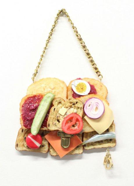 Fierbinti ca painea calda: Covrig No. 5, bagheta Louis Vuitton si alte produse de panificatie, bune de purtat