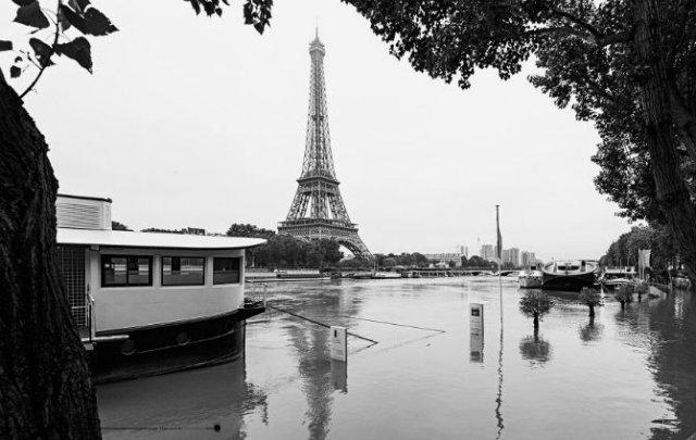 Parisul sub ape, in fotografii alb-negru - Poza 18