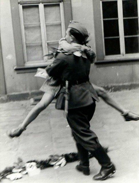 Intensitatea romantismului din timpul razboaielor - Poza 16