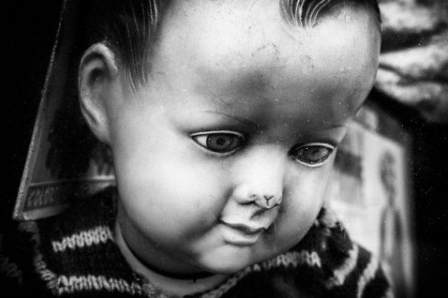 Tristetea unor papusi abandonate, in poze cenusii - Poza 1