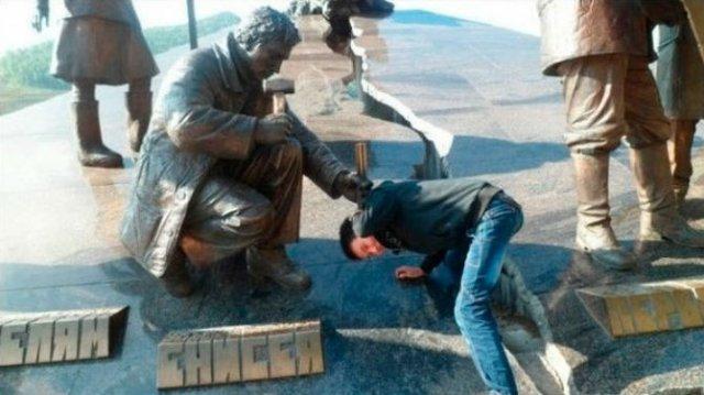 Oameni si statui in ipostaze hilare - Poza 12