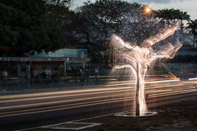 Sculpturi temporare: Copaci invaluiti in scantei - Poza 5