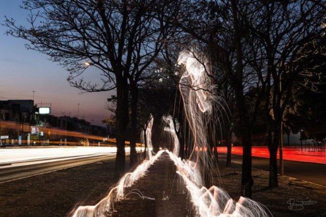 Sculpturi temporare: Copaci invaluiti in scantei - Poza 4