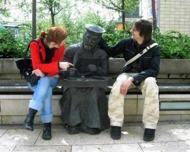 Oameni si statui in ipostaze hilare - Poza 10