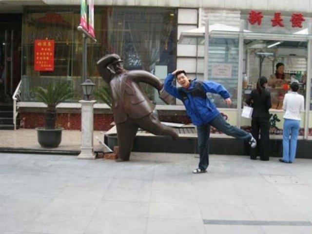 Oameni si statui in ipostaze hilare - Poza 9