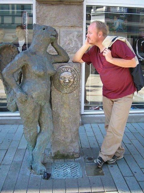 Oameni si statui in ipostaze hilare - Poza 7